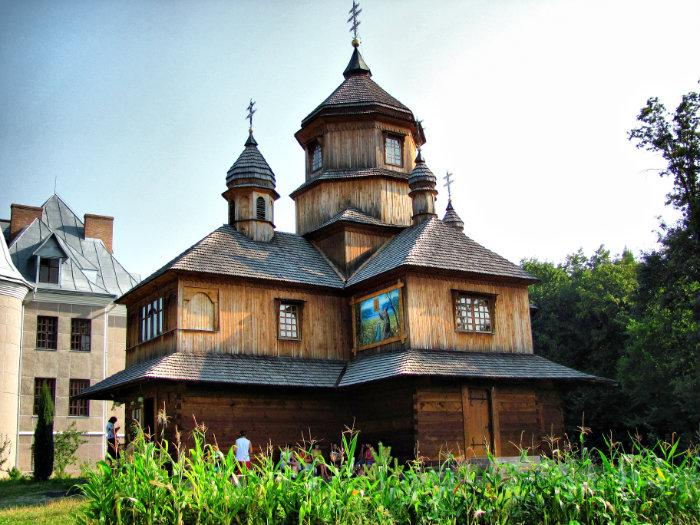 Zarvanytsya, wooden church near the monastery